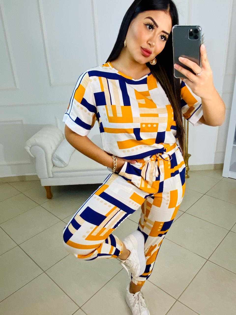Conjunto estampado Karmin – Blusa e calça com detalhe lateral estampa azul e amarelo – 210050