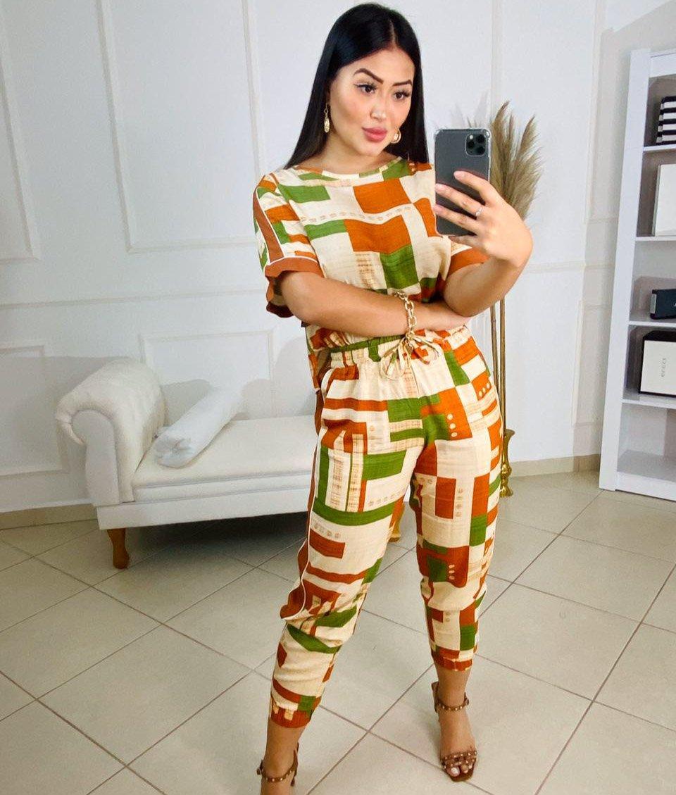 Conjunto estampado Karmin – Blusa e calça com detalhe lateral estampa laranja e verde – 200260