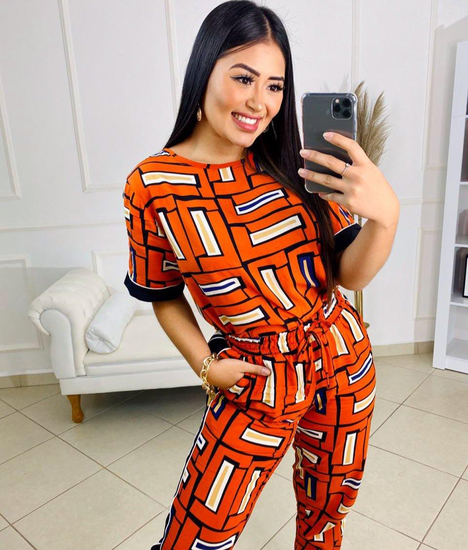 Conjunto estampado Karmin – Blusa e calça com detalhe lateral estampa laranja – 210050